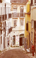 Jugar al azar, nunca saber dónde puedes terminar... o empezar.... (StellaDeLMattino) Tags: lisboa lisbon lisbona alley vicolo vicoletto bairro alto windows balcone balcony finestre light trip travel portugal portogallo europe nikon d5000 doors street