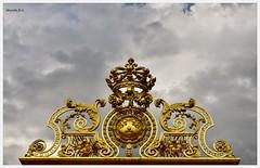Détails de la partie supérieure de la grille royale. (murielle1957) Tags: groupenuagesetciel ciel grille or art sculpture château versailles roi louisxiv