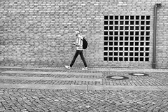 Mann mit Rucksack (Deinert-Photography) Tags: streetfotografie deutschland flickr street schwarzweis wilhelmhaven schwarzweiss fujifilm23mmf14 fujifilmxt3 blackwhite citylife fuji streetart streetphoto streetphotography ubanphotography urban xt3