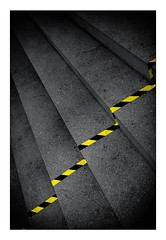 69 [titre la bande jaune-noir] (Armin Fuchs) Tags: arminfuchs lavillelaplusdangereuse würzburg anonymousvisitor thomaslistl wolfiwolf jazzinbaggies alterhafen stairs yellow diagonal challenge 35mm