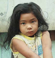 steady gaze (the foreign photographer - ฝรั่งถ่) Tags: girl child khlong thanon portraits bangkhen bangkok thailand canon