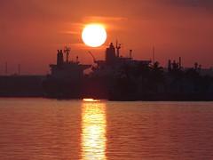 Amanecer Bahía de la Habana (linoskabarandafuentes) Tags: sunrise habana amanecer aube amazingsunrise bayofhavana lahabana sol soleil grandsoleil streetphoto streetphotographie nature cuba mar sea ocean reflects reflejos