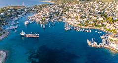 Luftbild von Segelbooten und Frachter im Hafen der bewohnten Insel Spetses, Griechenland, im Myrtoischen Meer