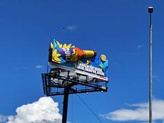 No. 2174 - 31 de julio/19 (s_manrique) Tags: publicidad valla hombrestrabajando poste cielo azul aguila cerveza