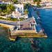 Alte Kanonen auf einer Aussichtsplattform vor der Agios Mamas Kirche, an der Meeresküste der saronischen Insel Spetses