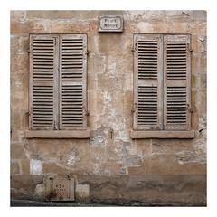 Place Monot à Vermanton (DavidB1977) Tags: france bourgogne yonne fujifilm x100f volet fenêtre carré square vermenton