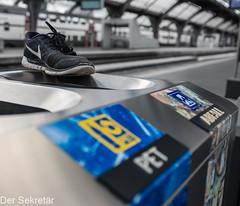 Wohin läuft der andere Schuh? --- Where is the other shoe running? (der Sekretär) Tags: abfalleimer abfallkübel bahnhof bahnhofshalle bahnsteig kantonzürich laufschuh mülleimer schuh schuhe schweiz sportshuh switzerland turnschuh zug zurich zürich bin cantonofzurich dustbin footwear garbidgecan lasuisse leavebehind leftbehind platform railwaystation shoe sneaker station stationconcourse stationpaltform train trainstation trainer zurückgelassen zurücklassen