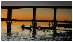 _CHP4647_DxO (Carlos Henrique Pereira) Tags: sunset river riosaofrancisco fisherman bridge ponte rio barco boat silhueta silhouette pordosol sol sun dxo filmpack bahia brasil brazil ibotirama
