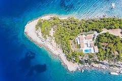 Luftbild einer Villa auf einer Felsenklippe im Argolischen Golf