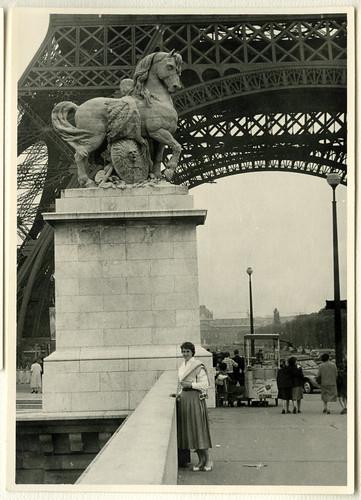 AlbumG118 Pferd Statue an der Basis des Eiffelturms, Paris, September 1956