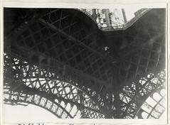AlbumG117 Konstruktionsblick Eiffelturm, September 1956 (Hans-Michael Tappen) Tags: archivhansmichaeltappen albumg eiffelturm konstruktion technik eisen architektur baustil design material paris frankreich 1956 1950s 1950er