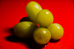 Macro Mondays - Complementary colors (Jose Rahona) Tags: macromondays complementarycolors redandgreen macro mondays grapes green red hmm