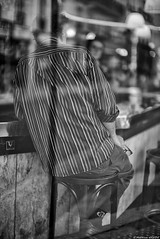Brin de zinc (Mathieu HENON) Tags: leica leicam noctilux 50mm m240 laphotodulundi monochrome nb bnw bw noirblanc blackwhite street streetphoto streetlife photoderue france paris 9èmearrondissement bar café comptoir reflets rayures zinc