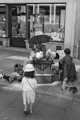 Scène de rue (Photoeric_) Tags: musique fillette portugal porto canon enfant children scènederue monochrome