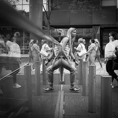 Beinfreiheit ... (Klaus Wessel) Tags: analog film rolleiflex tlr rolleicord rollei ilford 400 monochrome bw blackwhite mirror spiegel beine menschen street streetlife streetphotography hannover 6x6 mittelformat