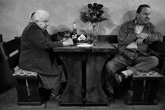 Couple drinking a beer (ralcains) Tags: street leica blackandwhite bw monochrome 35mm blackwhite noiretblanc ngc streetphotography monochromatic summicron czechrepublic m240 monocromatico telemetrica leicam fotografiadecalle zcech leicam240 blancoynegro monocromo calle rangefinder krumlov schwarzweis