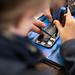 iFixit Mitarbeiter zeigt einem Jungen wie man ein Smartphone zerlegt