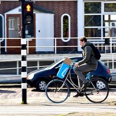 Die verschrikkelijke AH tas - Amsterdam (FaceMePLS) Tags: amsterdam nederland thenetherlands facemepls nikond5500 straatfotografie streetphotography tweewieler man oortje albertheijn plasticboodschappentas damesfiets fiets fietser bike bicycle bicyclette swapfiets