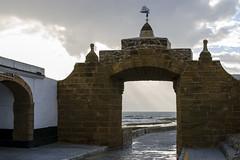 Cádiz. Puerta al mar. Castillo de San Sebastián (Alfonso Suárez) Tags: alfonsosuárez alfonsosuárezlagares puerta arco castillo sebastian mar nublado oceano atlantico contraluz cadiz andalucia españa spain gris lluvia