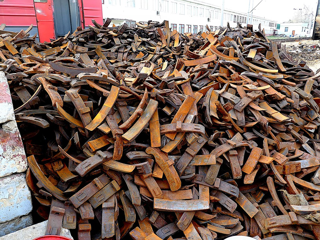 фото: mountain of rusty iron