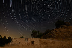 Circumpolar rural (Corregidor) Tags: 120s estrellafugaz rui ruina xt1 fujinonxf14 astrofotografía noche noct nocturna