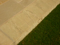 Quarzit-Blockstufe - Rasen (Jörg Paul Kaspari) Tags: trier baustelle hinterhausgarten stufe quarzitblockstufe rasen beige