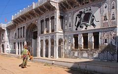 India- Rajasthan- Fatehpur (venturidonatella) Tags: india rajasthan fatehpur asia donna woman women donne street strada streetscene streetlife streetphotography colori colors nikon nikond300 d300 haveli decorazione sari elefante elephant