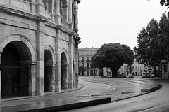 Boulevard des Arènes (just.Luc) Tags: gard occitanie okzitanien nîmes arena arène france frankrijk frankreich francia frança bn nb zw monochroom monotone monochrome bw building gebouw gebäude bâtiment architectuur architecture architektur arquitectura europa europe