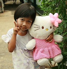 cute girl with 'hello kitty' doll (the foreign photographer - ฝรั่งถ่) Tags: girl child cute hello kitty doll khlong thanon portraits bangkok bangkhen thailand canon
