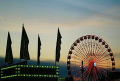 Sunset over the Wisconsin State Fair (Cragin Spring) Tags: wisconsin wi unitedstates usa unitedstatesofamerica fair statefair wisconsinstatefair 2019 wisconsinstatefair2019 westallis 2019wisconsinstatefair summer summertime ferriswheel sky sunset flags lemonade