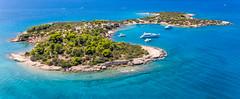 Luftaufnahme von Yachten in der Bucht der unbewohnten Insel Chinitsa Nisi bei Porto Heli, Griechenland