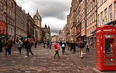 Edinburgh / High Street (Pantchoa) Tags: édimbourg ecosse europe grandebretagne royaumeuni theroyalmile rue highstreet photoderue cabinetéléphonique rouge ciel pavés personnes maisons immeubles ville capitale nuages cathédrale oldtown vieuxquartier téléphone