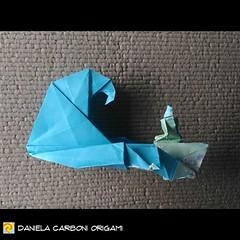 """""""Seduta al mare - prima bozza"""" Modello creato oggi. L'onda è piegata su una serie decrescente di rettangoli """"d'argento"""" 1:sqrt(2) Carta da origami decorata bicolore, lato 15 cm.  ------------------------------------------- """"Sitting by the sea - first draf (Nocciola_) Tags: radicedidue sea papiroflexia paperfolding originaldesign danielacarboniorigami paper sedutaalmare origami mare silverrectangle onda paperart cartapiegata createdandfolded rettangolodargento wave squarerootoftwo sittingbythesea"""