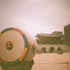 Big Drum (GlobalGoebel) Tags: korea seoul dianamini diana lomography lomo drum gyeongbokgung palace expiredfilm expired film 35mm 35mmfilm fuji fujicolorsupergplus supergplus 100 ishootfilm filmisnotdead squareformat square travel travelphotography