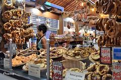 07_Au marché (Anavicor) Tags: mercado market marché pan bread bretzel pain stall woman girl chica vendeuse vendedora colmar alsace france hautrhin anavicor anavillar villarcorreroana nikon d5300 tamron marchécouvert food nourriture