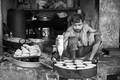 Sweetcake - Leica Summicron-R 50mm (thomas.pirolt) Tags: leica summicronr 50mm 20 leitz 50 summicron india braj goverdhan radhakund streetphotography street streetlife sony a7 a7ii people portrait candid moment theindiatree old blackandwhite bw monocrome mono