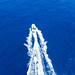 Luftaufnahme der Wassersportart Wasserski, hinter einem Schnellboot, auf dem Myrtoischen Meer