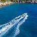 Wasserski fahren in der felsigen Bucht nahe Agii Anargir der griechischen Urlaubsinsel Spetses
