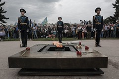 Eternal flame at the Field of Mars (Valya V) Tags: reportage saintpetersburg spb flowers fire soldier soldiers people summer russia city canon