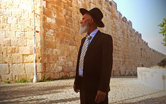 Portrait at the wall (Harry Szpilmann) Tags: jerusalem oldcity architecture people portrait israel streetphotography middleeast