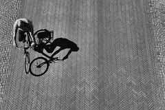 Im Schatten (Deinert-Photography) Tags: streetfotografie deutschland cityschlachte schatten fujifilmx100f schwarzweis bremen radfahrer street blackwhite schwarzweiss citylife hb hansestadt shadow streetart streetphoto streetphotography ubanphotography urban ombra ombre schaduw shade sombra umbra