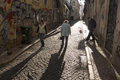 Lisbonne, mars 2019. (Le Cercle Rouge) Tags: lisboa lisbonne portugal bairroalto dawn crépuscule darkness light humans shadows silhouettes streets rues graff graffiti graffitiart streetart handstyle tag flop people