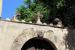 Selargius - Chiesa romanica di San Giuliano (sec.XII) - Particolare dell'esterno. (Franco Serreli) Tags: sardinia sardegna selargius sangiuliano romanico romanicoinsardegna chieseromanicheinsardegna chiesedisardegna architetturareligiosa architetturaromanica arteromanica croce crocelatina arco portale rosone