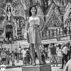 To become the center of attention (Frankhuizen Photography) Tags: catedral become center attention sagrada familla barcelona cathedral woman lady street photography black white candid monochrome kathedraal vrouw dame straat fotografie zwart wit spontaan kathedrale frau alt strase schwarz weis offen einfarbig barcelone cathédrale femme vieux rue laphotographie noir blanc candide foulard bâtondemarche mujer dama antiguo calle fotografía negro blanco sincero monocromo spain 2019