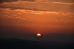 DSC_2316 (griecocathy) Tags: paysage coucher soleil ciel nuage montagne noir jaune rouge oranger crème gris beige