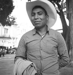 Joven del parque (Marcos Núñez Núñez) Tags: street national streetphotography streetphotographer calle fotografíacallejera rolleiflex rolleiflex35f formatomedio film 120mm analogue
