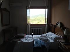 Hasta la vista Extremadura (Joan Pau Inarejos) Tags: guadalupe monasterio extremadura españa gótico mudéjar patrimonio humanidad virgen hotel vistas montaña maleta cama