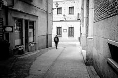 (fernando_gm) Tags: toledo xt1 fujifilm blackandwhite bw blancoynegro street spain gente people fuji xf 1024 minimalist minimalista streetlife calle callejera city ciudad monochrome monocromo monocromatico wideangle granangular man hombre