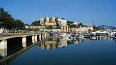 Torquay harbour walkway (WISEBUYS21) Tags: torquay devon englishriviera southwest august2019 harbour wisebuys21 walkway reflection reflections sun water blue sky sea boats flats flat boat bridge trees hill england best favourite panorama still