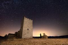 LA fortaleza del tiempo (Victor Aparicio Saez) Tags: astrofotografía castillo contaminaciónlumínica estrellas fortaleza fotoconamparohervella galaxia iluminación largaexposición noche nocturna paisaje pintarconluz cabezasdelvillar provinciadeávila españa